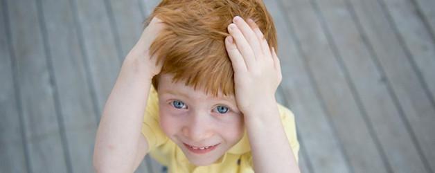 Perché un bambino si picchia da solo sulla testa